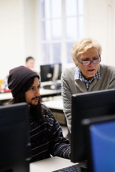Student und Professorin am Computer