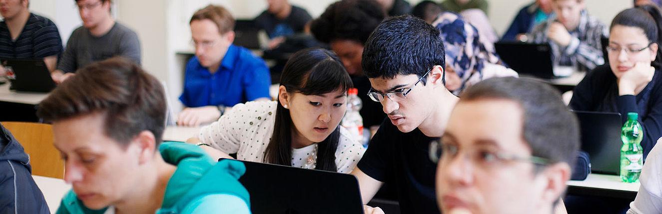 Zwei Studierende am Laptop